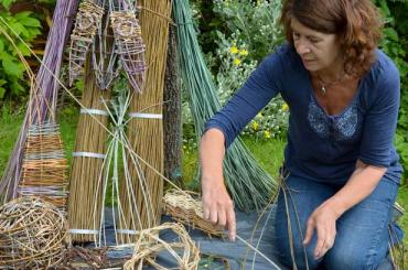 artist gyda blethu helyg / artist with willow-weaving