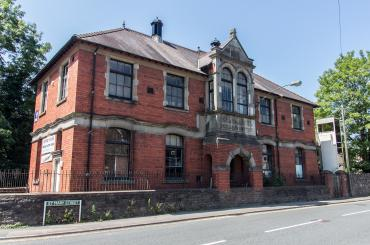 golygfa o hen Sefydliad Gweithiwr Glofaoedd Risca - yr amgueddfa nawr / view of the old Risca Collieries Workman's Institute - the museum now